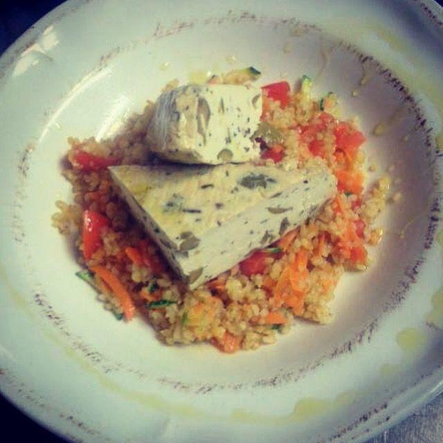 Burghul con verdure e tofu alle olive