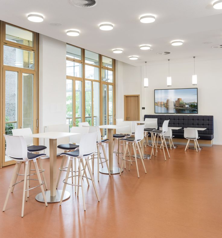 In co-operation with our partner raumkonzept, we furnished the staff restaurant of Volksbank Rhein-Ruhr eG with our series 2080 #uni_verso and 1500 #Luca. The #lounge area is adorned with the luxuriously upholstered armchairs of series 8200 #Volpe.