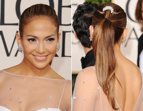 Outra forma de deixar um penteado clássico mais glam é apostar nos prendedores em forma de arco para envolver o rabo de cavalo, como Jennifer Lopez fez. Você ainda pode optar pelas aplicações de pérolas no acessório, o que deixa o visual mais romântico; ou nos paetês, que deixam o look mais fashion.