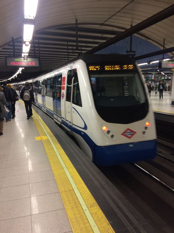"""En esta foto vemos el famoso """"Metro de Madrid"""" . Me parece importante e interesante que los alumnos conozcan este medio de trasporte. A mi, personalmente, me llamó bastante la atención cuando me subí en el hace a penas una semana. Es como una ciudad por debajo de la ciudad de Madrid. Con esta imagen podemos enseñarles un nuevo medio de transporte y conocer cómo se viaje en él, etc..."""