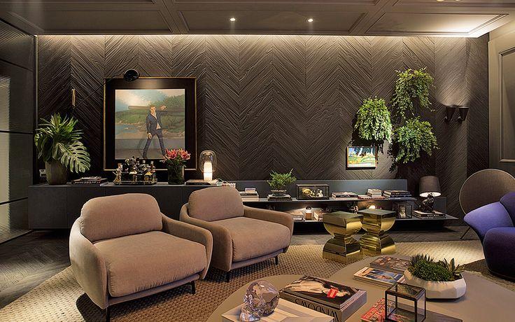 CASA COR SP 2016 - Moacir Schmitt Jr. e Salvio Moraes Jr. A sala de estar tem um quê parisiense e nova-iorquino, com uma ambientação calorosa que reserva detalhes como boiseries nas paredes e materiais como o metal. Nas paredes, lâminas de madeira escura tornam o espaço mais caloroso.