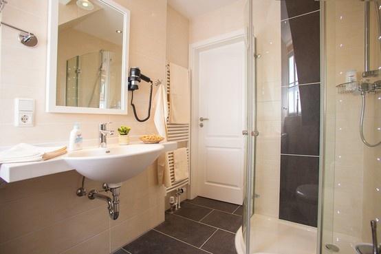 Das Bad verfügt über eine individuell steuerbare Fußbodenheizung und einen Kosmetikspiegel.