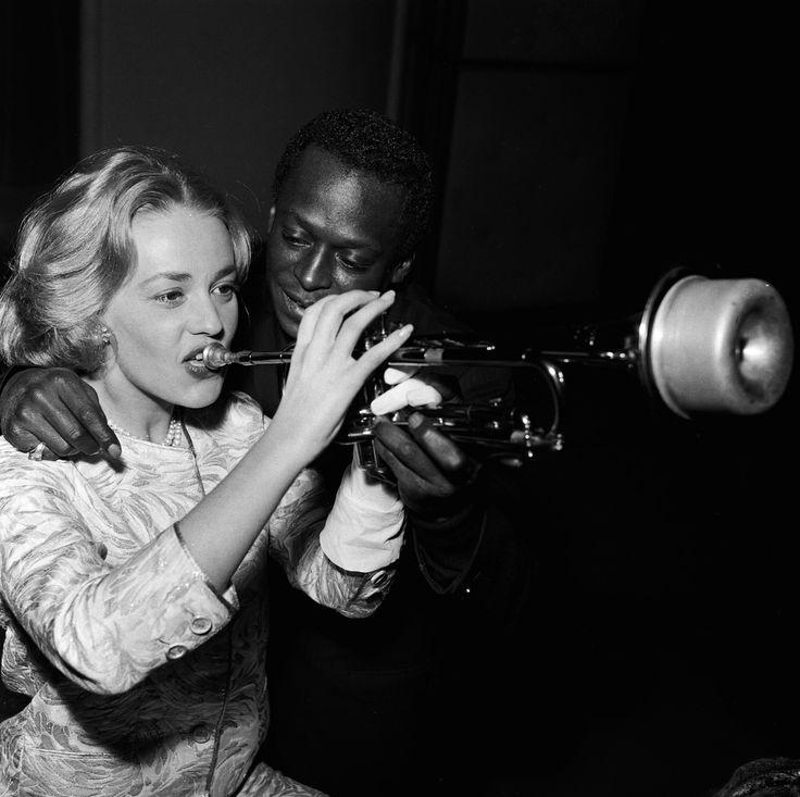 Miles Davis et Jeanne Moreau sur le tournage d'Ascenseur pour l'échafaud, de Louis Malle. Les 10 titres de la B.O. du film sont enregistrés d'une traite .