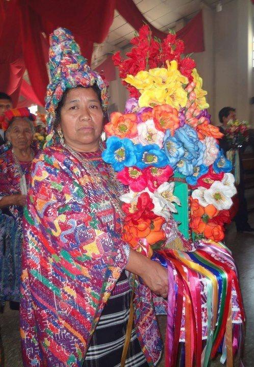 Traje ceremonial de San Pedro Sacatepequez, Guatemala.  Texel de la Cofradia San Pedro Apostol portando su insignia correspondiente.  (Texel Es el termino correcto para las mujeres de la Cofradia).
