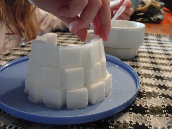 Met suikerklontjes een iglo bouwen. Technisch en creatief bezig zijn...leuke winter activiteit!