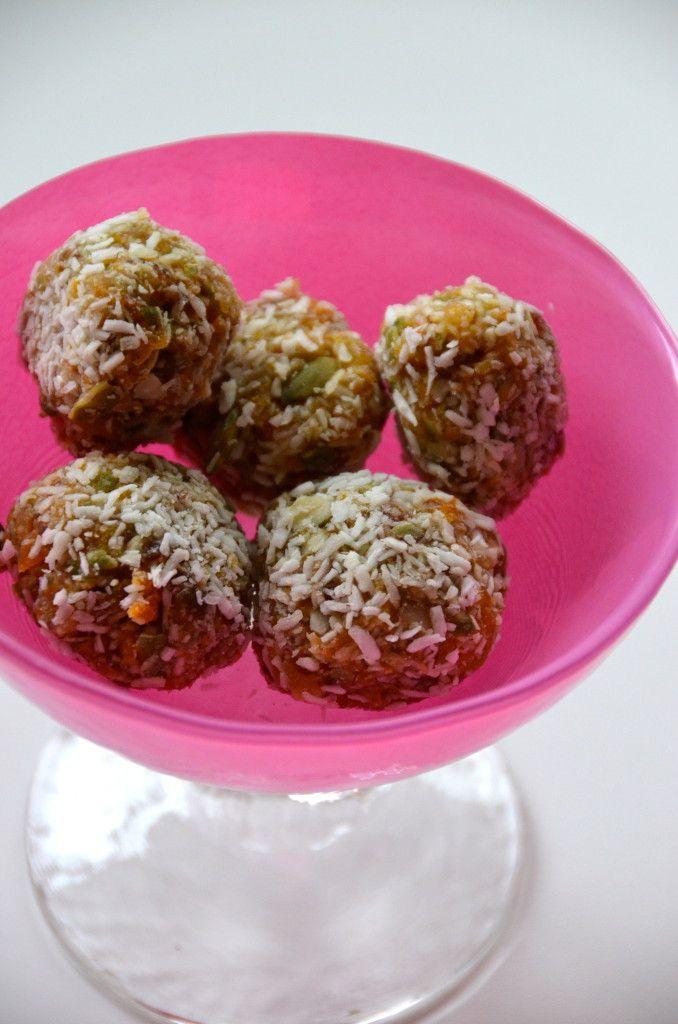 Järnbollar: Mixade ca 1 dl av torkade aprikoser och pumpakärnor med kokosflingor, dadlar, kokosolja och lite nyponpulver.