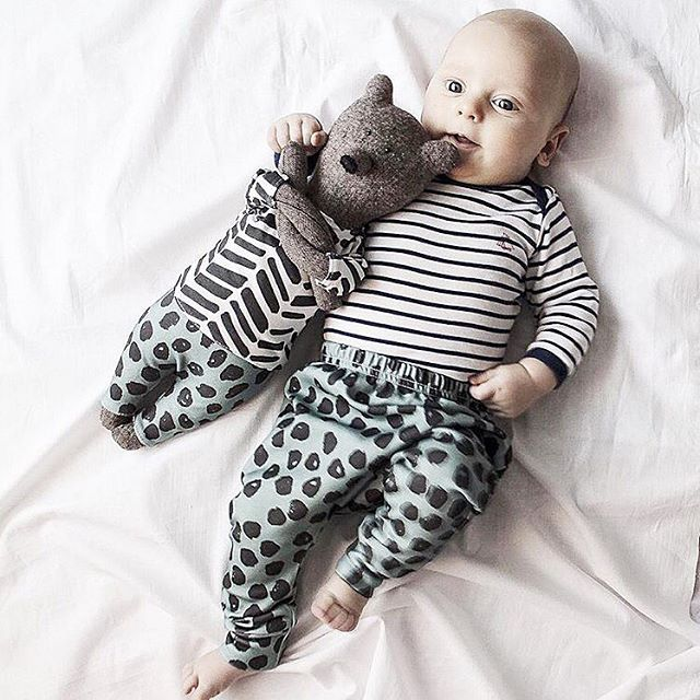 "cuteness overload with these matching friends in our dots harems #rocky_racoon_apparel / два дружочка, малыш @katrinladen и медведь @philomena_kloss в одинаковых штанишках с принтом ""Чернильные пятнышки"""
