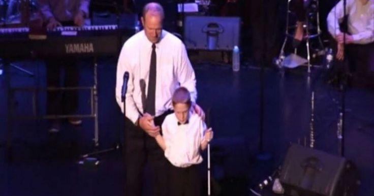 Ανέβασε τον τυφλό και αυτιστικό γιο του στη σκηνή.. κανείς δεν περίμενε αυτό που ακολούθησε Crazynews.gr