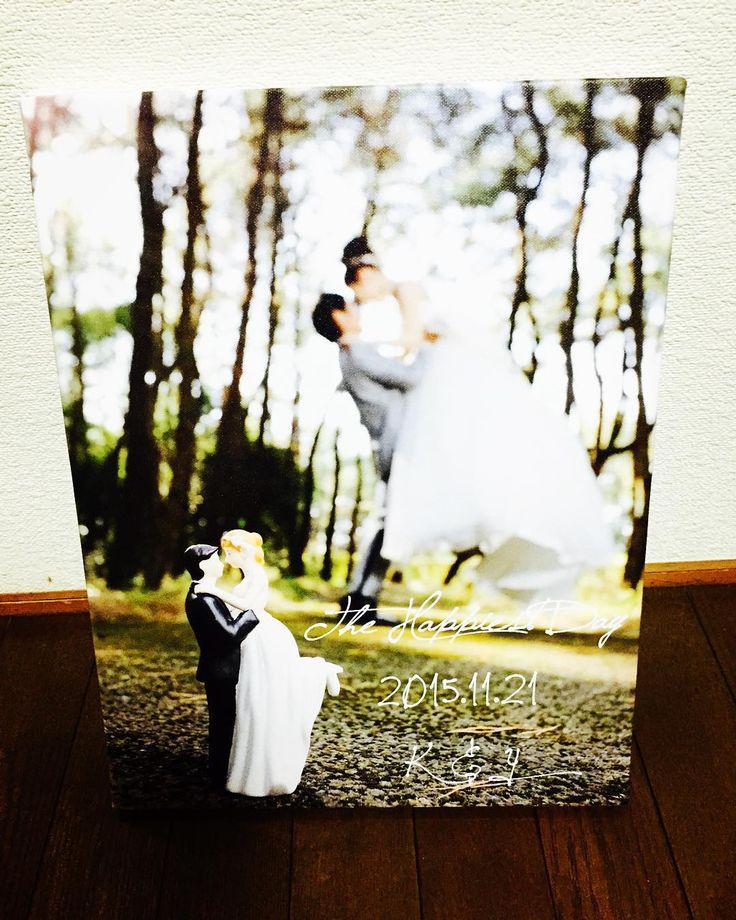 ウェルカムボード♡ギリギリですがやっと取りに行ってきました 前撮りの時の写真に文字を入れてキャンバスパネルにしてもらいましたー⭐️式場で頼むこともできたんだけどお値段が…だったので自分で文字入れて注文✨けっこう大きめのサイズでも5000円以下でできました  #プレ花嫁#結婚式準備#ウェルカムボード#キャンバスパネル#前撮り写真#ロケフォト#ケーキトッパー