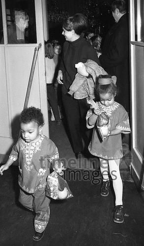 Weihnachtsbescherung, 1972 Juergen/Timeline Images #70er #Berlin-Marienfelde #Bescherung #Flüchtlinge #Geschenke #Kinder #Weihnachtsbecherung #West-Berlin #historisch #70ies #schwarzweiß #1970er