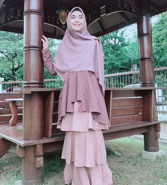 Koleksi Gamis Syar I Oki Setiana Dewi Terbaru Rok Tumpuk Cream Nude