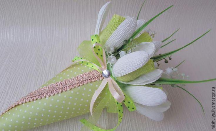 Близится весна, 8 марта, поэтому я хотела бы показать, как просто сделать замечательные весенние цветы подснежники с сюрпризом внутри. Нам понадобится: - гофрированная бумага двух цветов (белая и салатовая); - конфетка круглой формы (я беру Шарлет); - проволока герберная (у меня 0,9); - плоскогубцы; - лента флористическая. Итак, для од