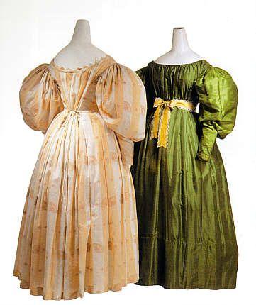 um 1828, Tageskleid aus broschierter Seide und Gesellschaftskleid aus grünem Seidentaft, offenbar Österreich