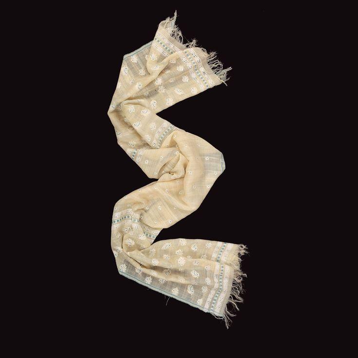 Maramă de Ilfov, de nuntă, delicat decorată cu buchețele de flori, anii '20 Marama, o marcă a identităţii sociale și etnice a purtătoarei, constituie un element esenţial în costumul femeilor căsătorite, făcând parte dintr-un întreg ritual de trecere. La sfârşitul nunţii, tânăra nevastă era împodobită de către naşă cu marama. Țesută și aleasă peste fire, manual și în tehnica șabacului. Decorată la capete și pe câmpul central cu mici buchete de flori.