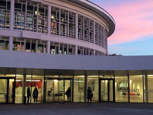 Lilliad, le nouveau learning center innovation  de l'université Lille-I = 12 000 mètres carrés, 100 000 documents, un vaste espace dédié à la valorisation de la recherche (« Xperium »), un centre de congrès avec deux amphithéâtres, une salle modulable pour les expérimentations pédagogiques (la  salle Y) et 2 000 prises électriques.