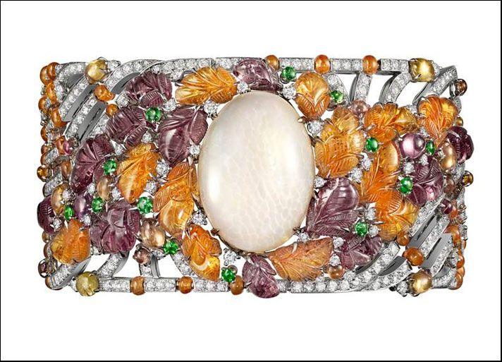 Étourdissant Cartier, bracciale in platino, con un opale Etiope ovale taglio cabochon di 24,91 carati, granati color mandarino e melanzana incisi, perline di granati, zaffiri colorati e tsavoriti e diamanti taglio brillante