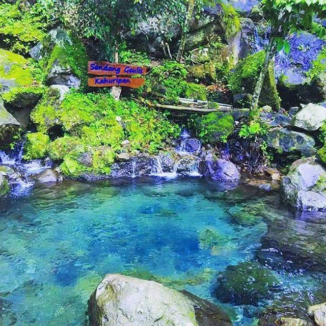 Sendang Geulis Kahuripan, Wisata Bandung http://anekatempatkuliner.blogspot.co.id/2016/12/wisata-bandung-yang-hits-dan-wajib.html