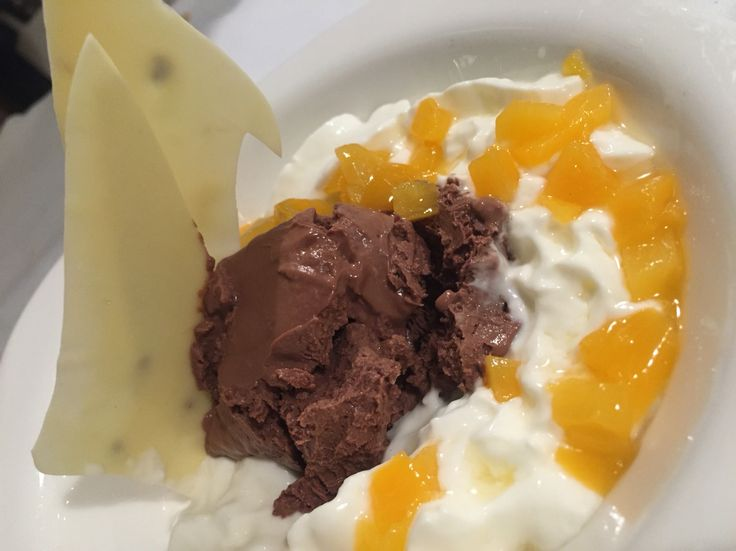 Cremoso de chocolate crujiente con espuma de yogurt y melocotón.