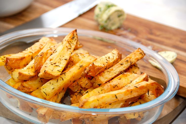 Intervalstegte pommes frites i ovn giver altid sprøde fritter. Brug helst store bagekartofler til pommes frites, og krydr dem med salt og timian. Foto: Guffeliguf.dk.