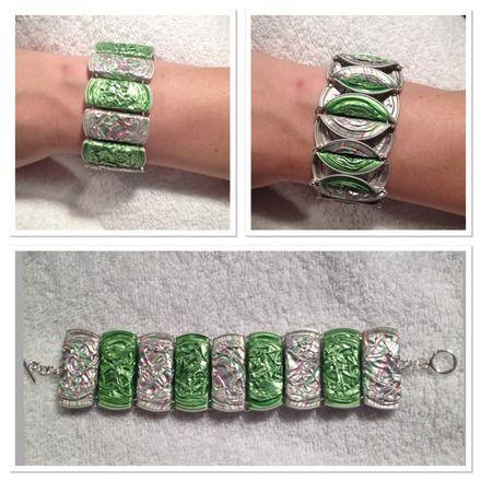 Un petit nouveau dans la collection des bijoux en capsules. Les capsules sont pliées afin d'obtenir une forme rectangulaire. Réversible, un bracelet, 2 styles. Il est réalisa - 16284731