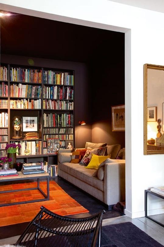 intieme woonkamer, zwart + boeken
