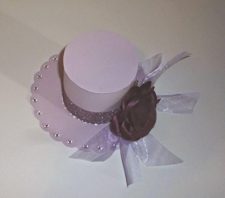 Questa èla versione femminile dei cappellini. Come decorazione, per tutti i cappelli, una rosa di stoffa e qualche nastrinoin organza. Il...