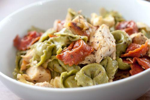 Πεντανόστιμα τορτελίνια τρικολόρε και στήθος κοτόπουλου με σάλτσα του Καίσαρα. Μια εξαιρετικά στη παρασκευή της συνταγή (από εδώ) για ένα απλό πιάτο με υπέ