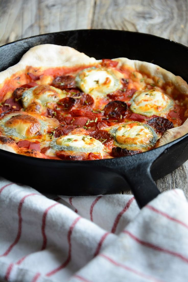 Pizza chèvre et chorizo en moins de 15 minutes à la poêle, pâte au levain