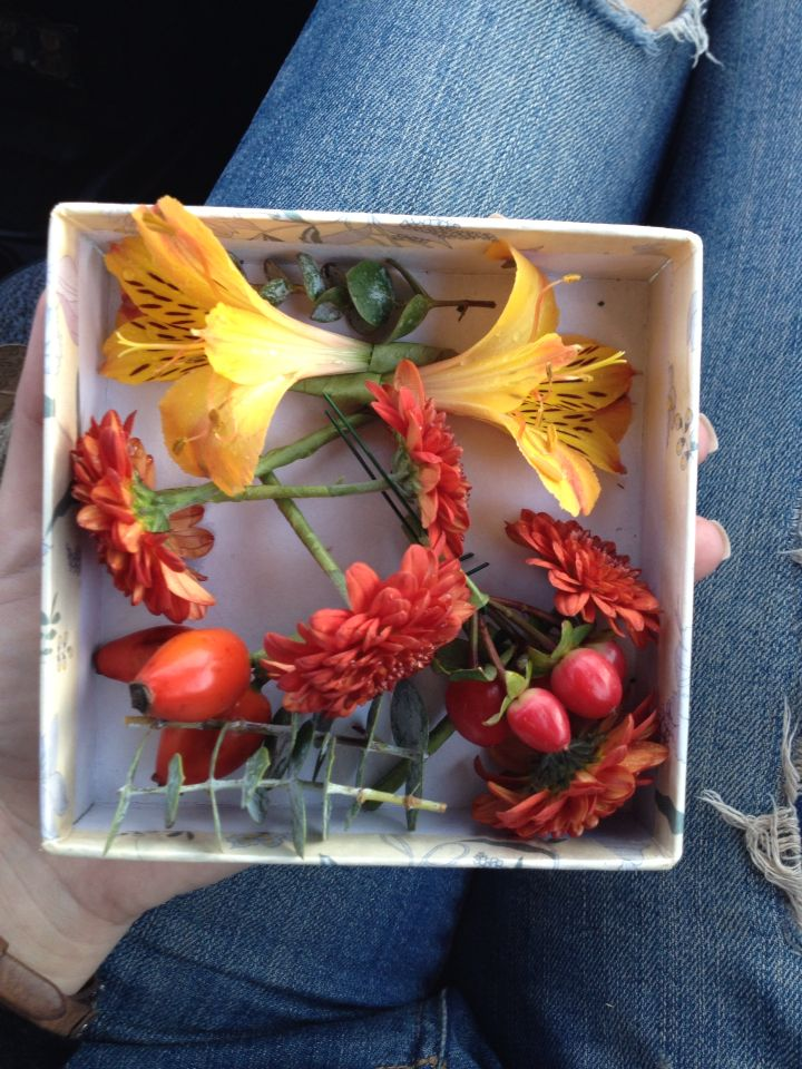 Живые цветы и ягоды для свадебной прически