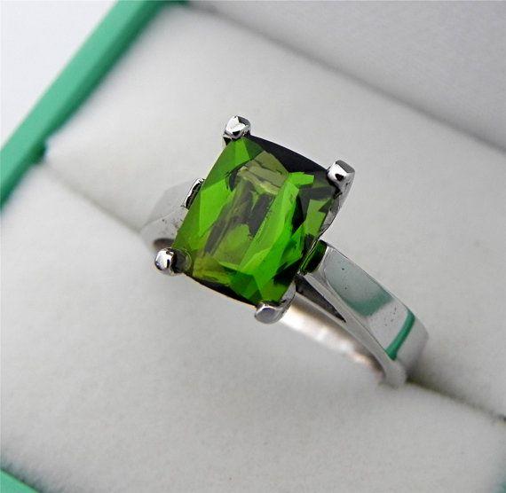 2,55 ct AAAA Chrome groen kussen toermalijn 9x7mm in een 14 K White Gold Ring 0973 gesneden Dit is een solide 14K white gold ring set met een zeer zeldzame en hoge kwaliteit groene toermalijn. Kleur zoals, een bijna Tsavorite groene. Dit is een natuurlijke onbehandelde kussen gesneden edelsteen. Stone is perfect met geen zichtbare interne gebreken. Stone heeft een snede knippen dat echt helpt een levendige steen maken. Duidelijkheid van dit juweeltje is Si, oog schoon met geen zichtbare…