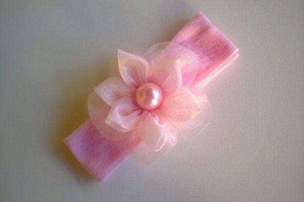 Faixa em meia de seda,flor dupla em organza e acabamento em strass.Conheça outros produtos na nossa loja.www.elo7.com.br/acessorios fashionbaby