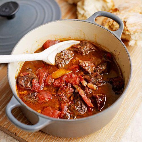 Daube is een typische rundvleesstoofpot uit Zuid-Frankrijk. In dit gerecht combineren we het vlees met kruiden, sinaasappel, venkel en spekjes. Heerlijk!    1. Verwarm de oven voor op 140 ºC. Doe de blokjes vlees in een ovenvaste braadpan met de...