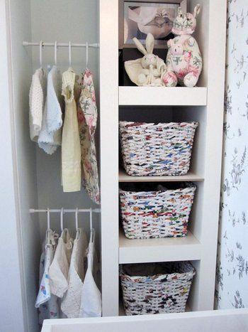 IKEAの棚と壁の間を利用して、子供用のクローゼットのできあがり。突っ張り棒なら、子供の成長にあわせて高さを調節できますよ。