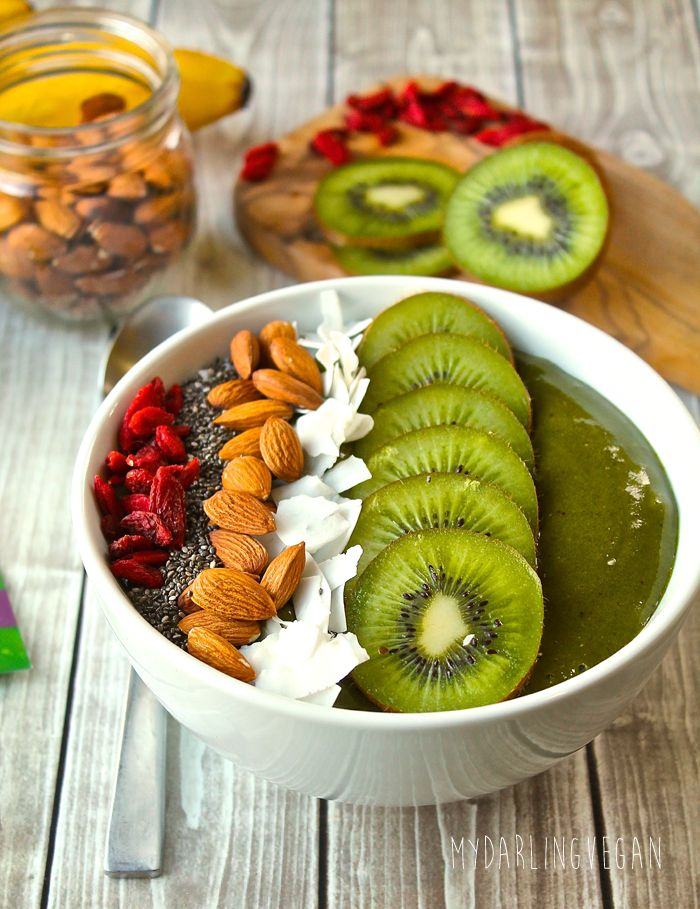 Tropical Smoothie Bowl with ALOHA Daily Good Greens + Giveaway! | My Darling Vegan
