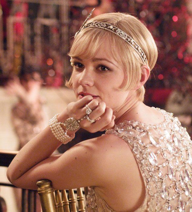 Look de Prada para la película El Gran Gatsby. Corte de pelo a lo bob en rubio platino con adorno de joyas art-decó.
