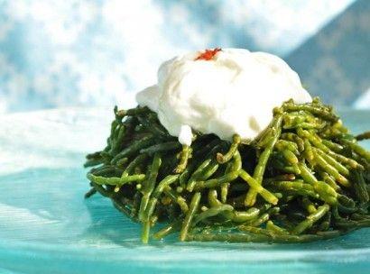 Sevgili Mutfak Sakinleri bu gün deniz kıyısına yakın yerlerde yetişen bir bitki olan Deniz Börülcesi' nin salatasını yapacağız . Deniz Börülcesi Tuzlu, ekşi ama lezzetli bir bitki olarak biliniyor. İyotlu topraklarda yetiştiğinden, guatr hastalığına iyi geldiği söyleniyor.  Tarifi İçin Malzemeler