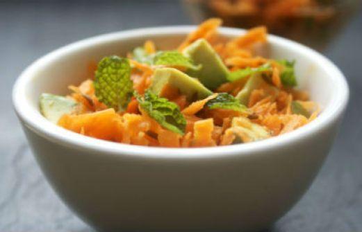 Συνταγή: Σαλάτα με αβοκάντο, πορτοκάλι και καρότο