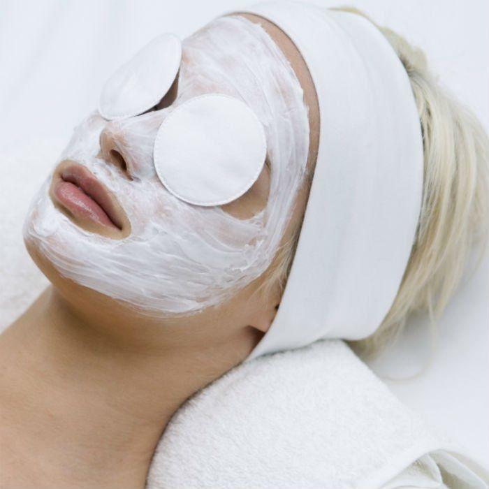 L'utilisation de l'argile en cosmétique est séculaire. Ses bienfaits pour le corps en font une alliée beauté incontournable. Découvrez trois recettes de masques de beauté à base d'argile blanche, à concocter vous-même.