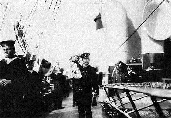 "Николай II  с сигаретой в руках и ребенком на яхте ""Штандарт"" The Love That Ended An Empire, historybyerin: Czar Nicholas II holding Alexei"