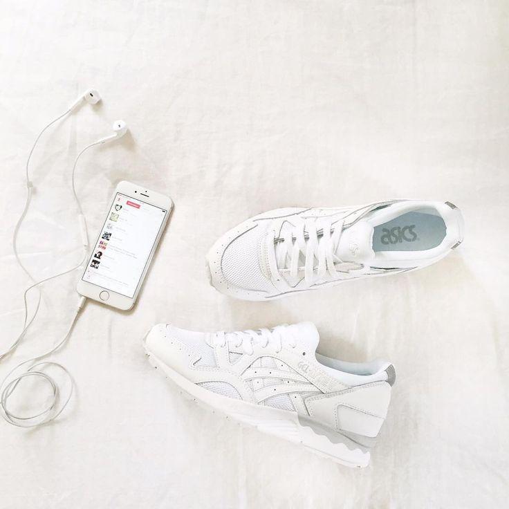 Asics total white + musica + tappeto peloso bianco = :D