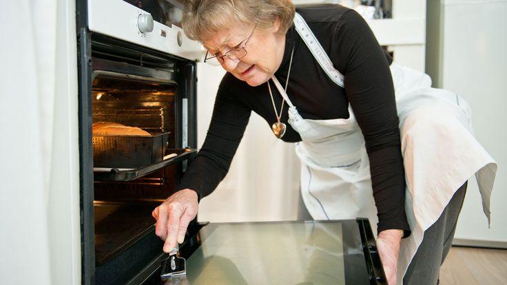 Sådan får du ovnen helt ren1. Skrab forsigtigt skidt af ovnruden med et barberblad (evt. monteret i en rudeskraber).2. Lav denne blanding:½ liter vand½ dl skurepulver1 brev citronsyre3. Smør blandinge
