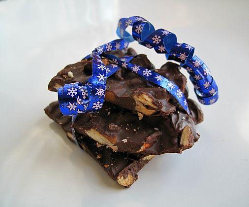 Chocolate Turtle bark, caramels, pretzels and pecans. Sweet, salty, amazing chocolate bark! #Christmas