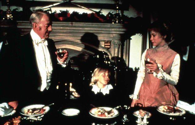 """Connie Booth im Film """"Der kleine Lord"""" neben Alec Guinness und Ricky Schroder"""