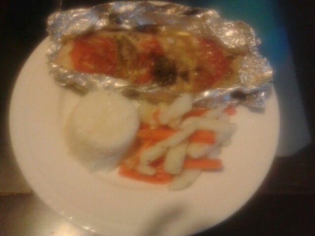 Mmm pescado empapelado arroz y verdurita la vapor...