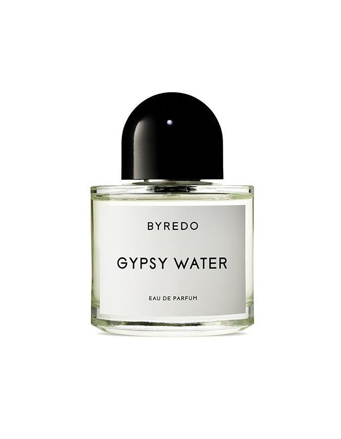 Gypsy Water to wynik fascynacji jego twórcy kulturą Cyganów. Odzwierciedla cygański styl życia i jest pełen mistycznych nut drzewnych. To zapach czysty, transparentny. Początkową lekkość kompozycji przełamują nuty ambry, wanilii oraz drzewa sandałowego, które nadają całości głębi i pełni.