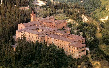 L'abbazia di Monte Oliveto Maggiore RRR p.283 Tlj 9h15-12h, 15h15-18h  Visite guidée en français sur résa au 0577-71-85-67 au moment des repas. Entrée libre. Parking 1€. Pas de short pr les hommes, épaules couvertes pour les femmes. messes 11h & 17h30 dim & Jfériées.