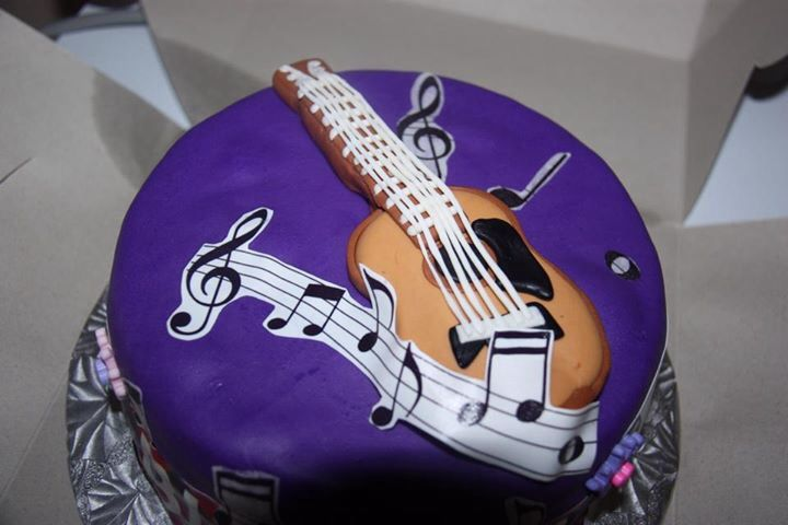 This is the top of a guitar cake