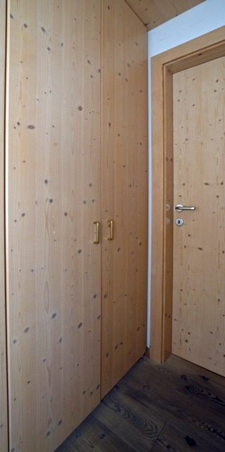 Wardrobe door and bedroom door in classical style, in knotty fir.