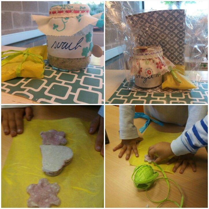 Moederdag: scrub ( zeezout/ olijfolie/ rozemarijn / beetje zeep en parfum) en zelfgemaakte zeepjes maken en inpakken.