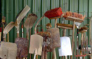 Sæt kroge op, så koste, spader og skovle kan hænge på væggen.